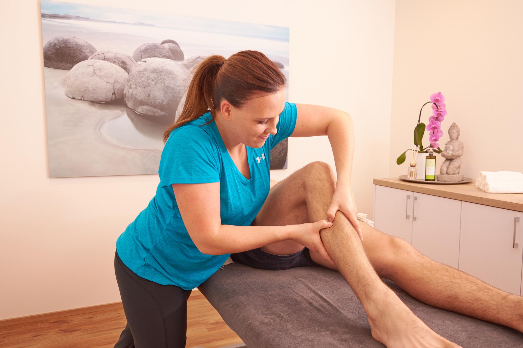 Physiotherapie Salzburg Umgebung - Physiotherapeutin Verena Riedl bei der Arbeit